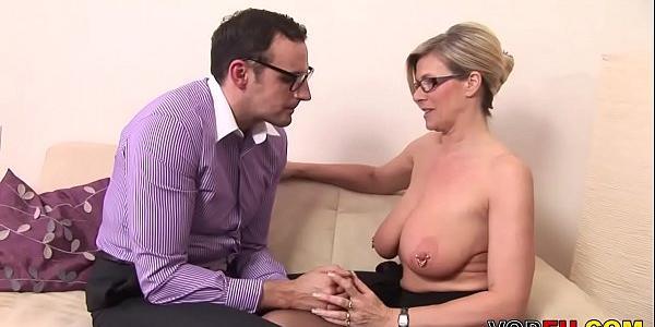 ALISSA: Nerd fickt eine grosse titted milf